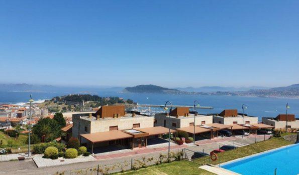 Estupenda vivienda en macla de tres dormitorios, completamente amueblada, con amplia terraza, piscina y zona infantil, en la urbanización Vista Real_Baiona-zona playas
