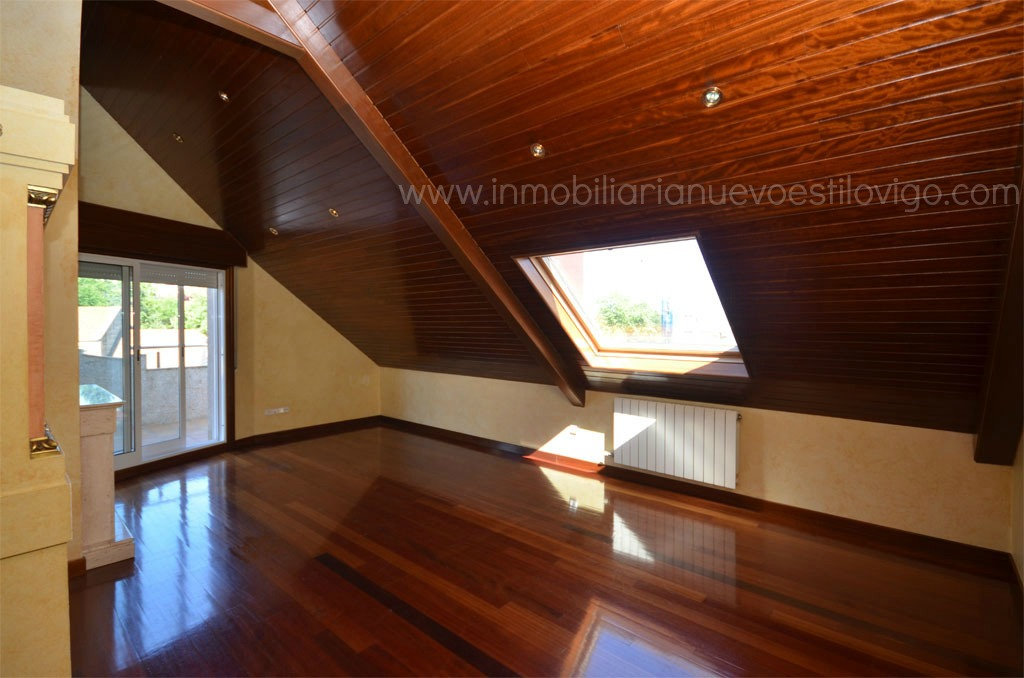 Tico de cuatro habitaciones con dos terrazas y chimenea for Chimenea fundicion pisos alquiler deusto