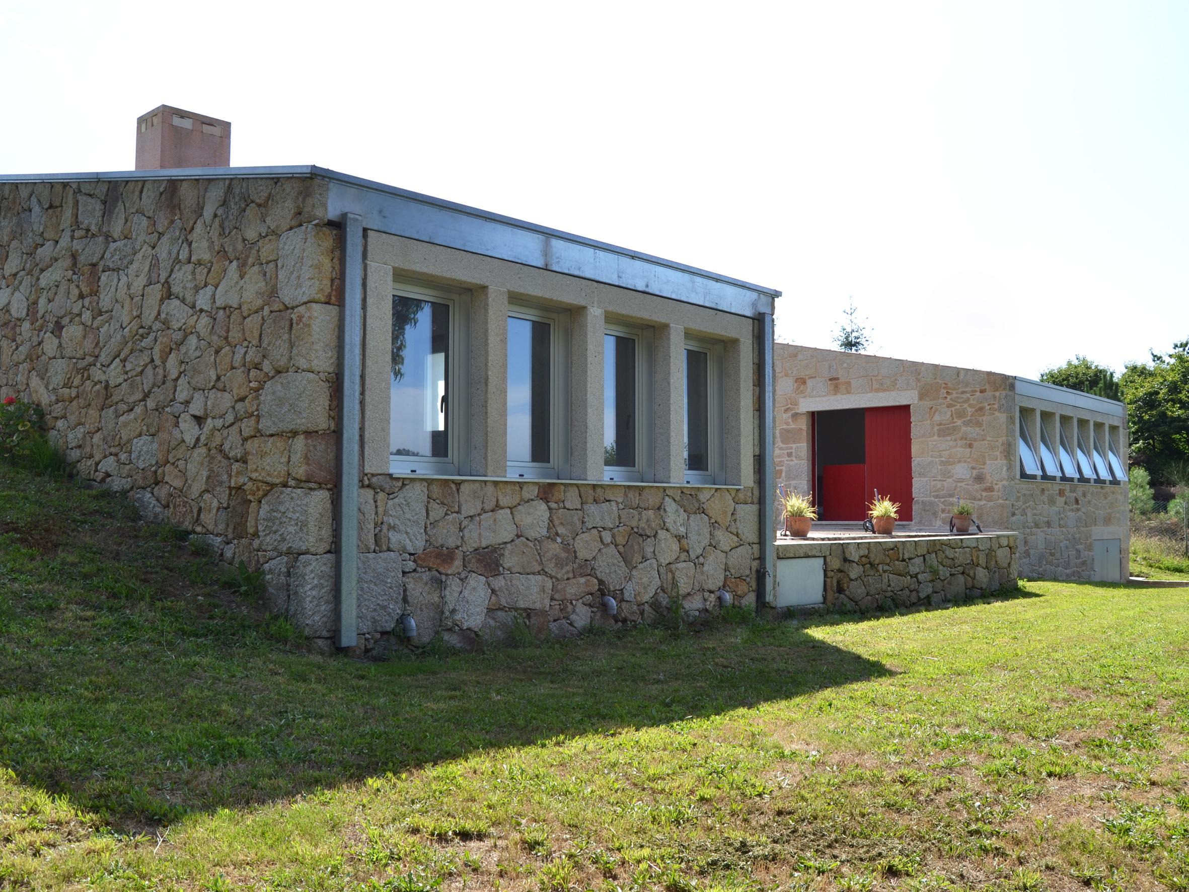 Vivienda compuesta de dos casas de dise o contempor neo en for Casa moderna vigo