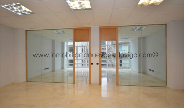 Espectacular oficina en el centro de Vigo con grandes cristaleras a la calle del Príncipe