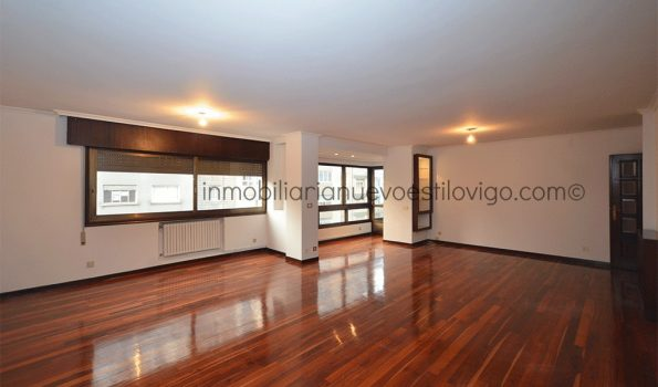 Estupendo piso, totalmente exterior, de cuatro dormitorios con dos plazas de garaje, C/ Venezuela-Vigo_zona Corte Inglés