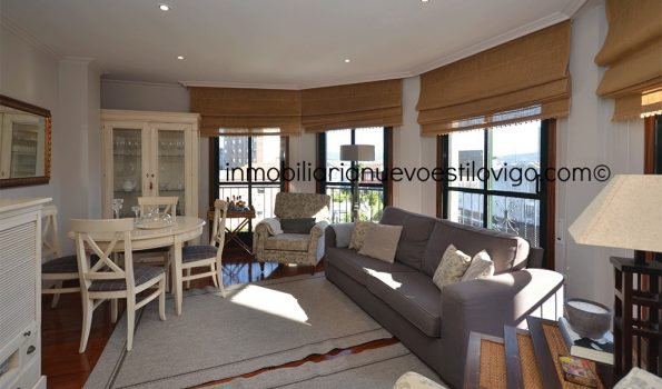 Amplia vivienda de tres dormitorios en edificio con piscina enfrente de la playa Rodeira en Cangas_zona playas