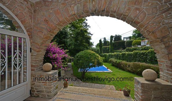 Chalet de piedra con jardín y piscina y vistas a la ciudad C/ Dña Fermina-Vigo_zona La Guía