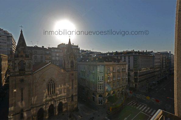 Alto y soleado piso de tres dormitorios con salón de 40 m2, plaza de garaje y bodega, C/ García Barbón-Vigo_zona centro