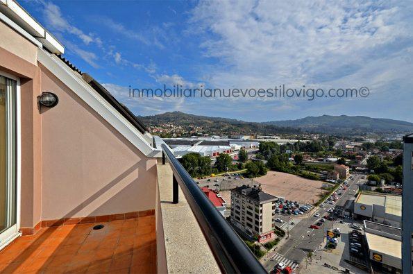 Amplio ático de tres dormitorios con vistas despejadas en Avda. de la Florida_Vigo-zona Florida